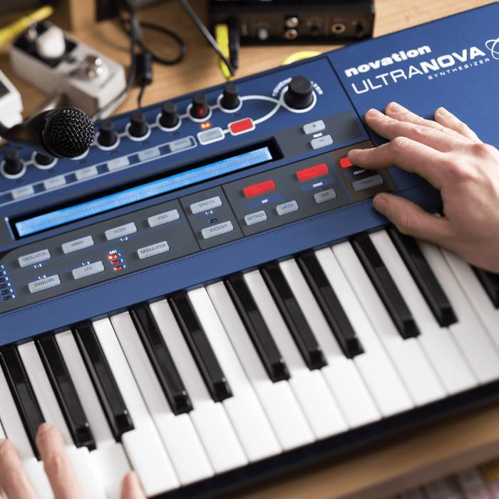 NOVATION SYNTHESIZER 37 KEYS AND S/W PLUG-IN EDITOR 2
